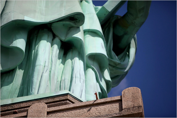 statue-of-liberty-small-hand