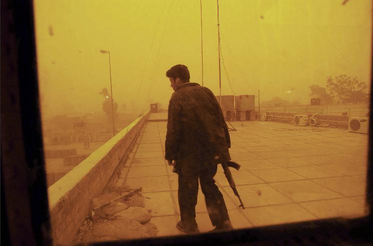 lynsey-addario-iraq-policeman
