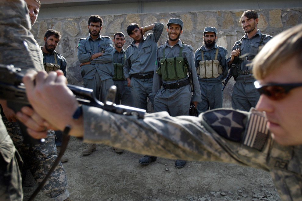 US soldier training Afghan police