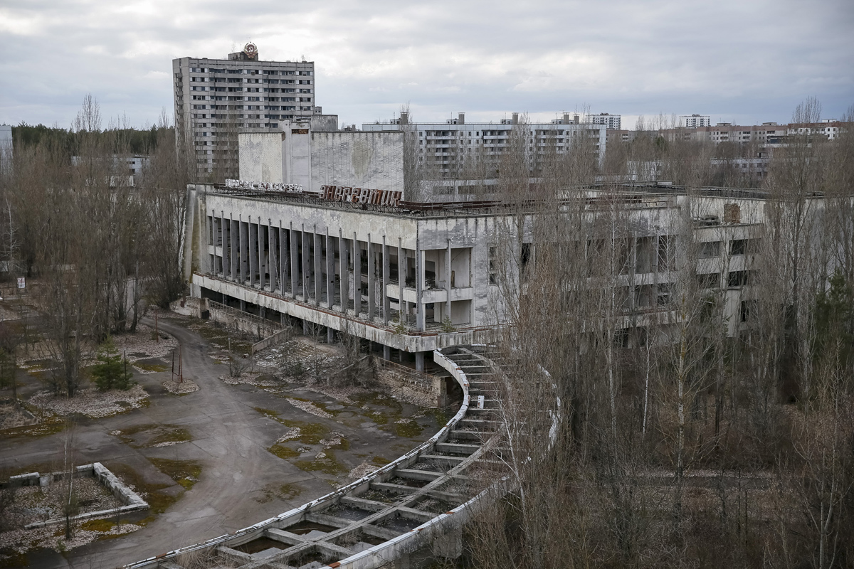 A view of the abandoned city of Pripyat is seen near the Chernobyl nuclear power plant in Ukraine March 23, 2016. REUTERS/Gleb Garanich - RTSBZGE